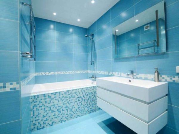 Маленькая ванная комната в голубом цвете