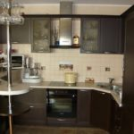Маленькая коричневая кухня с барной стойкой