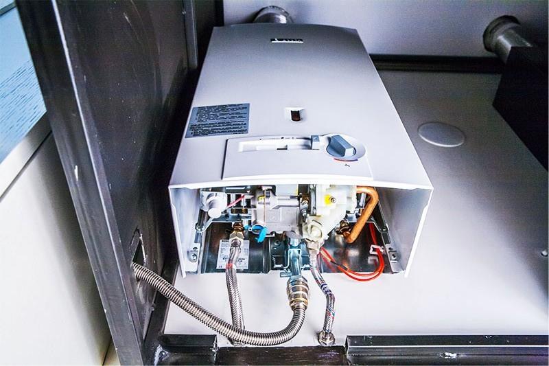 Фото размещения газовой колонки под декоративным кожухом