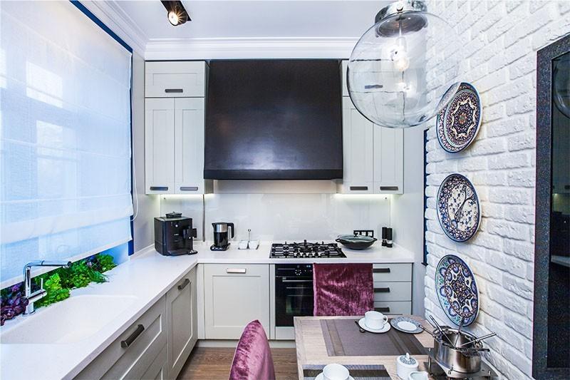 Интерьер кухни в белом цвете с газовой колонкой