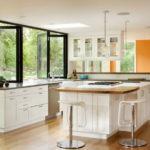 Мебель на просторной кухне с большим количеством окон