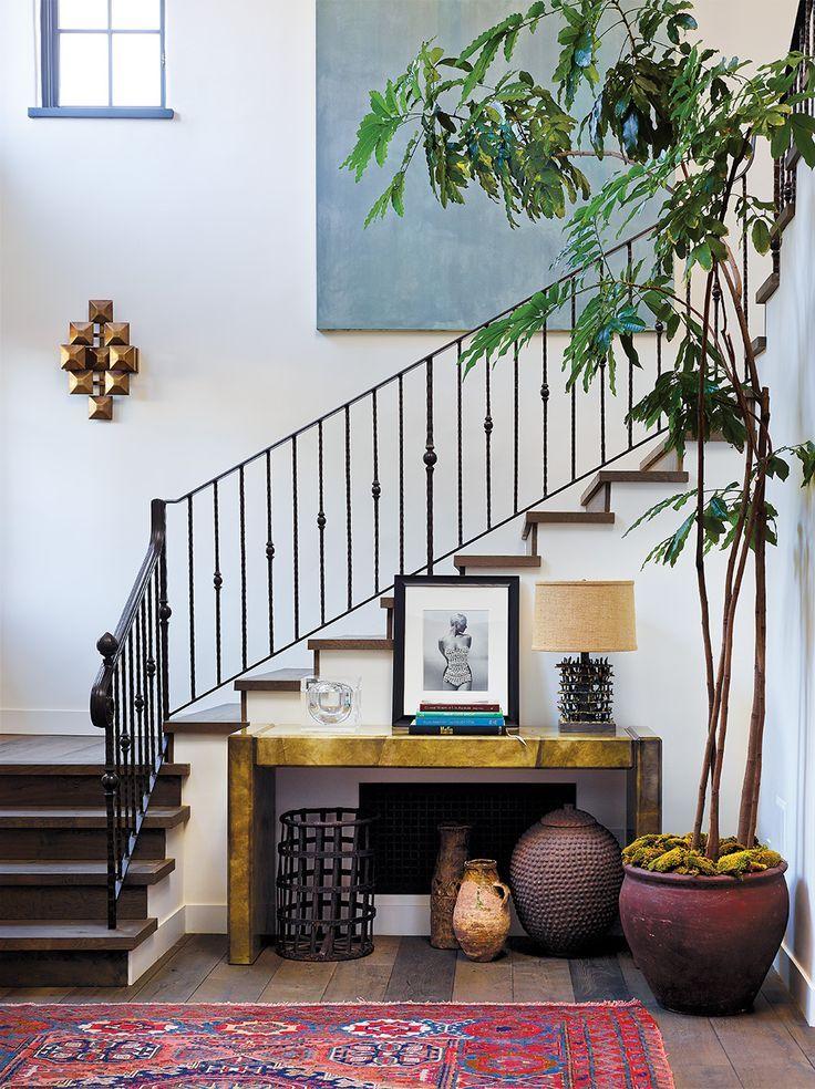 Лестница с металлическими перилами в коридоре частного дома