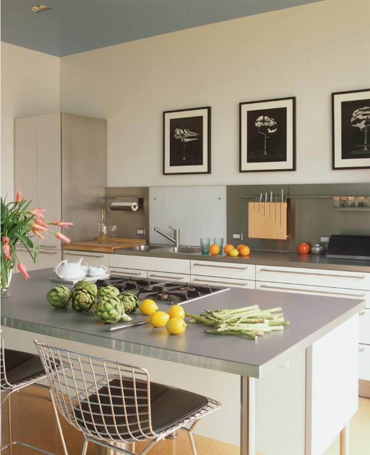 Декорирование стены кухни монохромными картинами