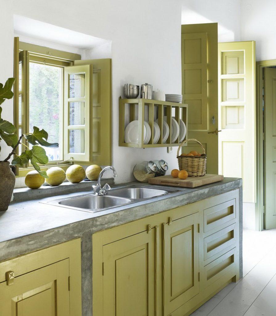 Кухонная мойка из нержавейки перед окном в частном доме