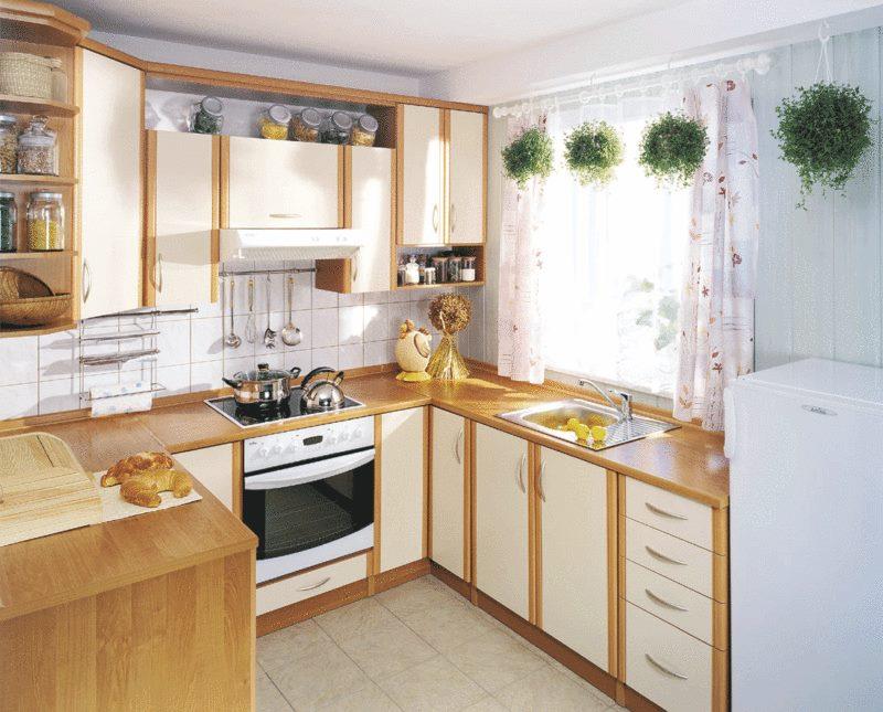 Маленькая кухня с мойкой в подоконнике