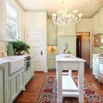 Мойка вдоль большого окна в кухне в стиле прованс