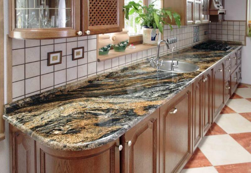 Кухонный гарнитур с мраморной столешницей