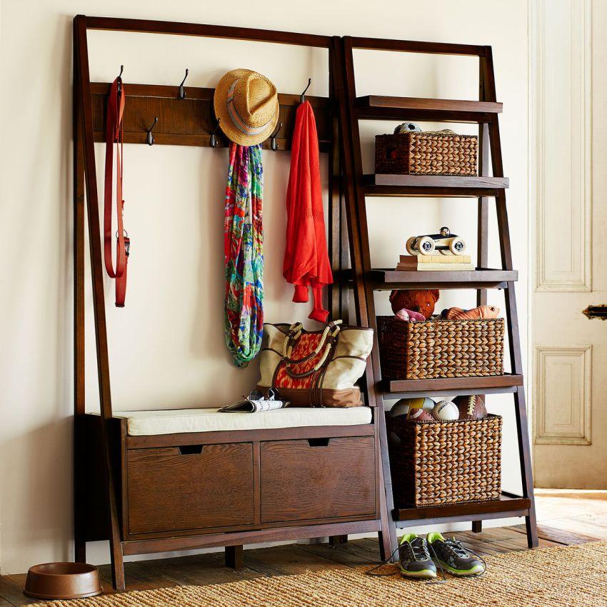 Вешалка для одежды с полочками для вещей в прихожей частного дома