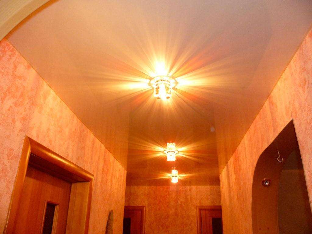 Светильники на натяжном потолке узкой прихожей
