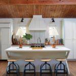 Небольшая белая кухня в деревянном доме
