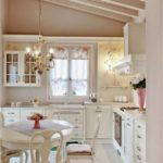 Небольшая уютная и светлая кухня в стиле прованс