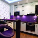 Небольшая уютная кухня с фиолетовыми акцентами в интерьере