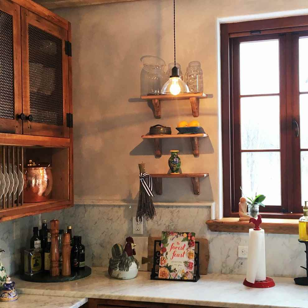 Небольшие открытые полочки на стене кухни в стиле кантри