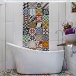 Необычная мозаика среди белой плитки в ванной