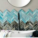 Нестандартный способ укладки стеклянной плитки в ванной