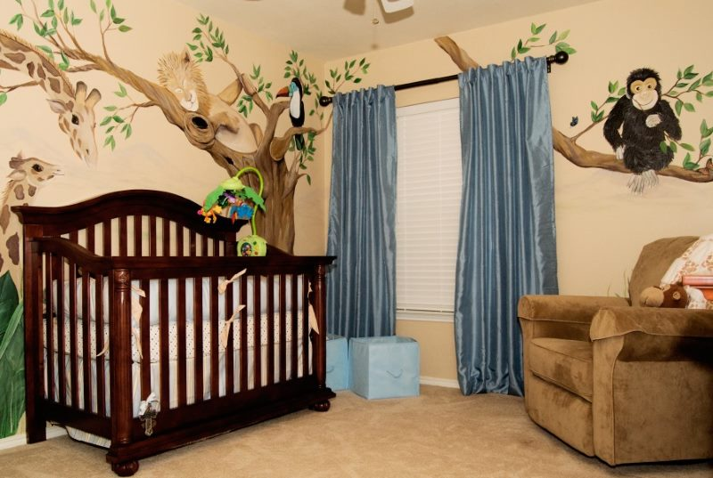 Кроватка для младенца в детской комнате
