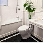 Облицовка ванной белой плиткой в скандинавском стиле