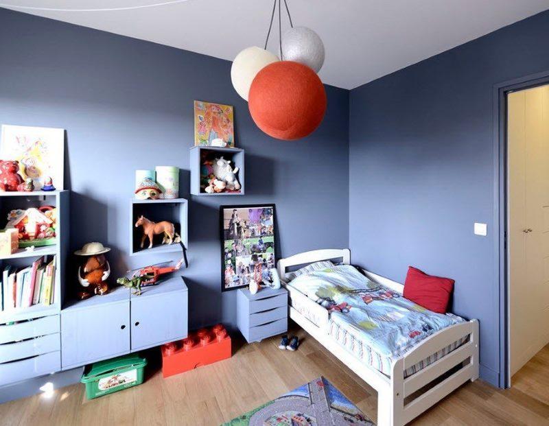 Обои под покраску в синей комнате для двух мальчиков
