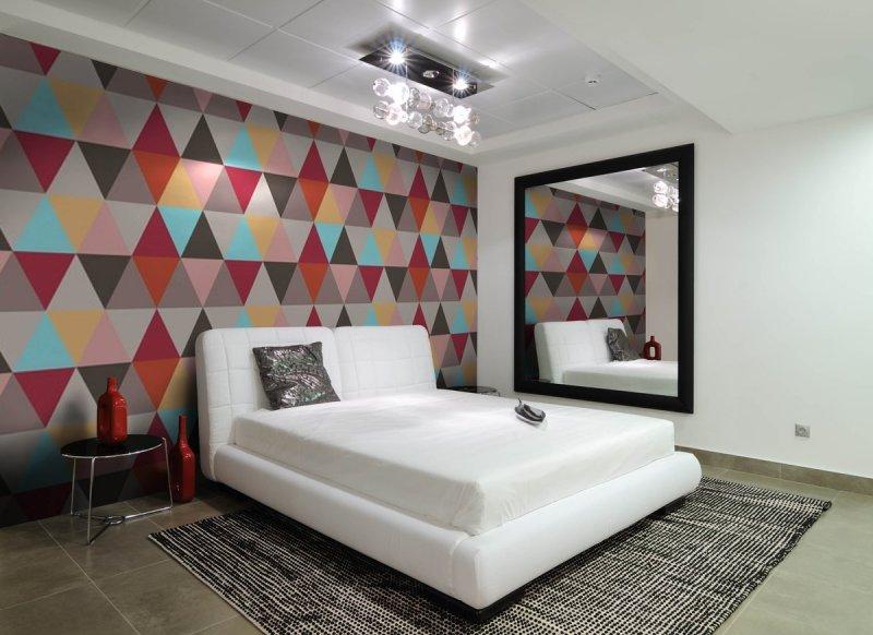 Оформление стены в спальне обоями с ромбами