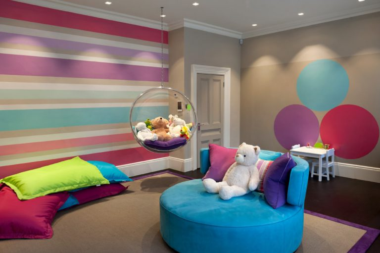 Использование полосатых обоев в детской комнате