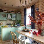 Обустройство рабочей и обеденной кухонной зоны в деревянном доме