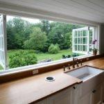 Огромное окно почти на всю стену и кухонная мебель вдоль него