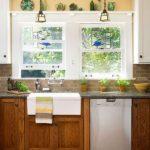 Окна с витражами как украшение дачной кухни