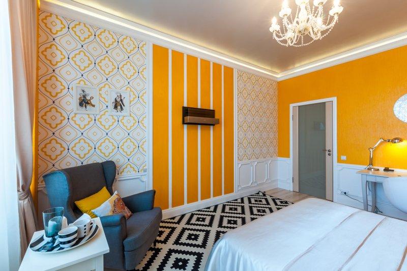 Оранжевые обои на стенах спальни