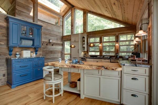 Оригинальная кухня в деревянном доме