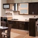 Оригинальная кухня в комбинации цвета венге и светлых оттенков дерева