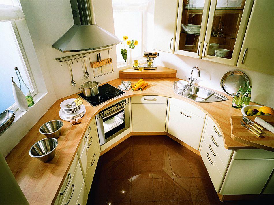 Кухонный гарнитур оригинальной планировки на кухне нестандартной формы