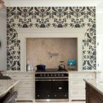 Оригинальное бело-черные обои на контрастной кухонной стене