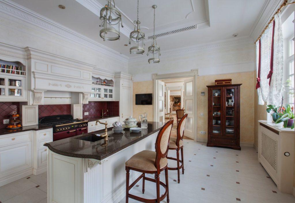 Дизайн интерьера кухни-студии в стиле классики