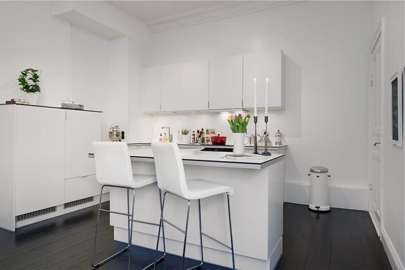 Белый кухонный остров с барными стульями