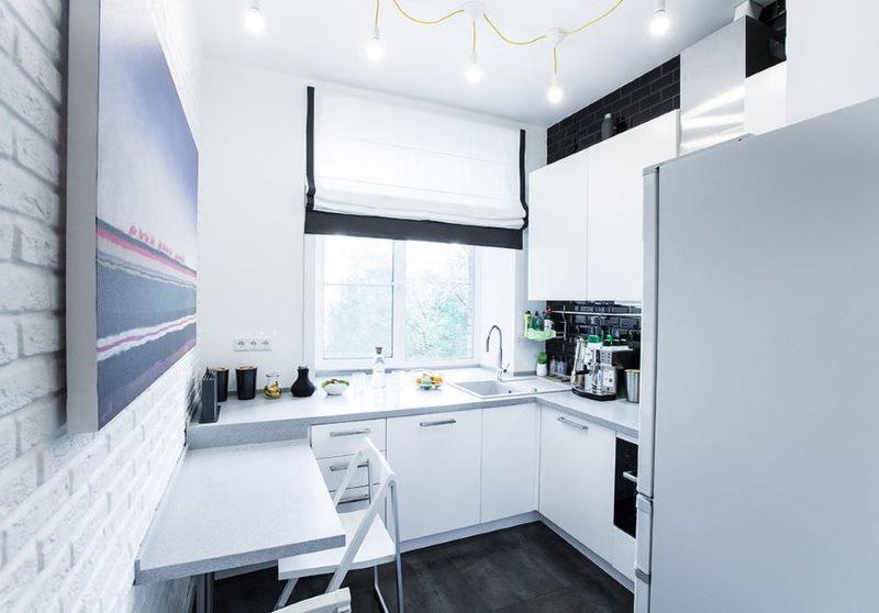 Яркое освещение белой кухни в хрущевке