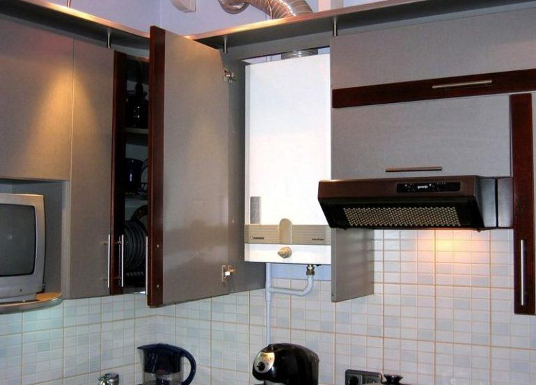 Шкаф без нижней планки с газовой колонкой внутри
