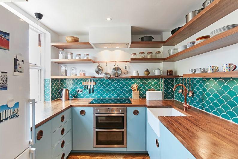Открытые деревянные полки с кухонной посудой