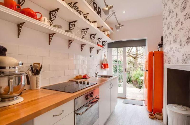 Открытые полки в интерьере кухонного пространства