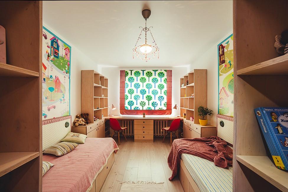 Симметричный интерьер комнаты для двух дочек