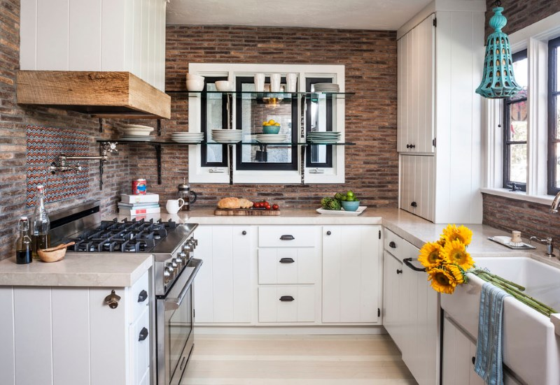 Интерьер кухни загородного дома с п-образной планировкой