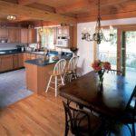 П-образный кухонный гарнитур и обеденная зона с выходом на терассу