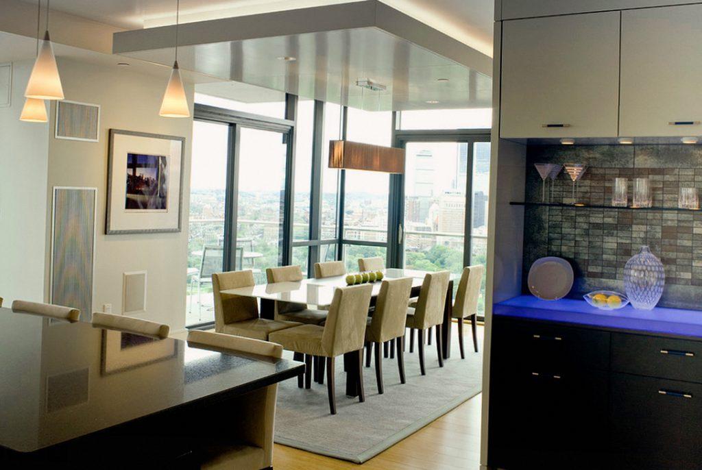 Двухуровневый потолок на кухне с выделенной столовой зоной