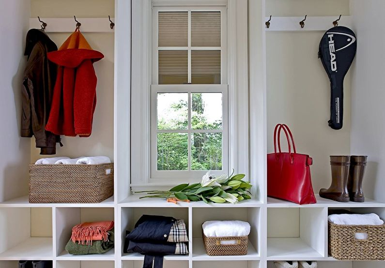 Открытая система хранения вещей в коридоре частного дома
