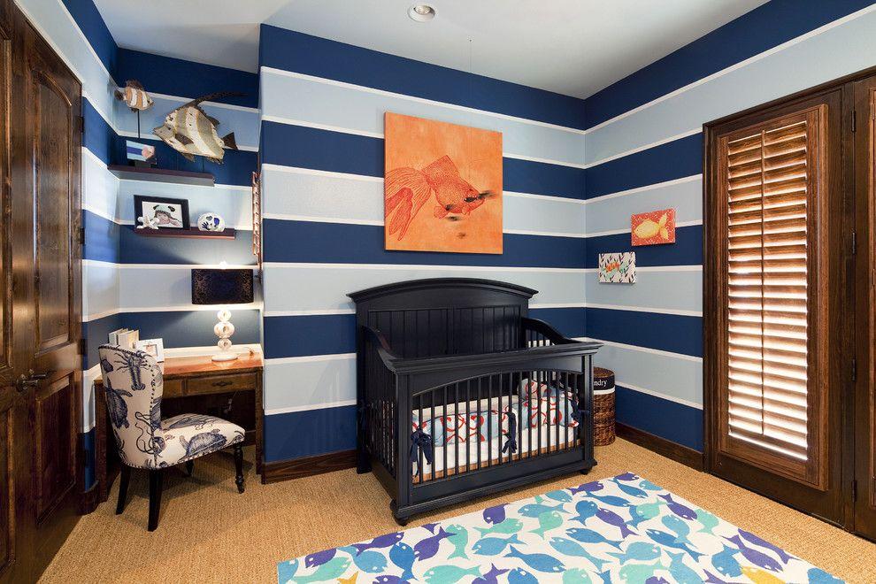 Полосатые обои в детской комнате морской тематики