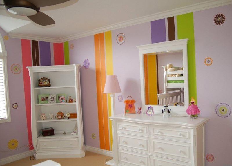Обои с вертикальными полосами в дизайне детской