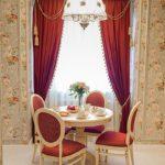 Бардовые шторы на кухонном окне