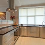 Кухонный гарнитур с фасадами из нержавейки