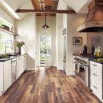 Проходная узкая кухня в стиле кантри