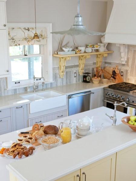 Простая функциональная белая кухня