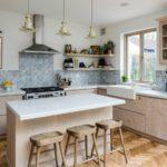 Простая кухня с мозаикой для оформления рабочей зоны